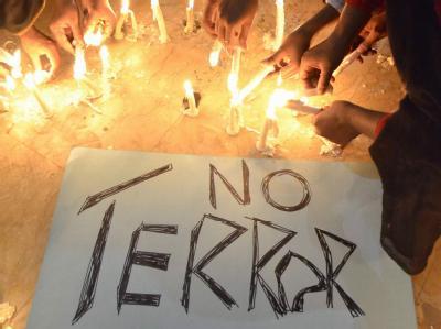 Die Botschaft dieser Trauernden ist eindeutig: «No Terror»
