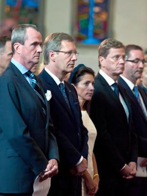 US-Botschafter Philip D. Murphy (l-r), Bundespräsident Wulff, die Ehefrau des Botschafters, Tammy Murphy, Bundesaußenminister Westerwelle (FDP), Brandenburgs Ministerpräsident Platzeck und dessen Ehefrau Jeanette in einem «Moment der Stille» in der Americ