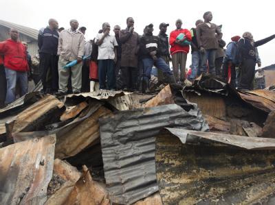 Bewohner des betroffenen Slums am Ort des Unglücks.