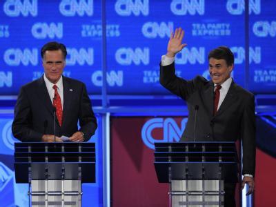 Die Republikaner Rick Perry (R) und Mitt Romney während der TV-Debatte in Tampa.