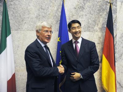 Bundeswirtschaftsminister Philipp Rösler und der italienische Minister für wirtschaftliche Entwicklung, Paolo Romani (l).