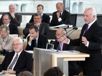 Der Fraktionsvorsitzende der FDP, Wolfgang Kubicki (r), spricht im Landtag in Kiel. Links der Ministerpräsident des Landes Schleswig-Holstein, Peter Harry Carstensen (CDU).