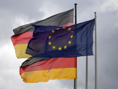 Die Europa- und die Deutschlandfahne wehen vor dem Reichstag in Berlin im Wind.