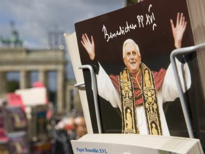 Souvenirhändler bieten in Berlin Postkarten mit dem Foto von Papst Benedikt XVI. zum Verkauf an. Der Pontifex besucht vom 22. bis 23. September die Bundeshauptstadt.