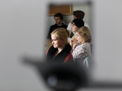 Schülerinnen und Schüler in einem Klassenzimmer des Canisius-Kollegs in Berlin: Hier wurde der Missbrauchsskandal öffentlich, der das Vertrauen in die katholische Kirche schwer erschütterte.