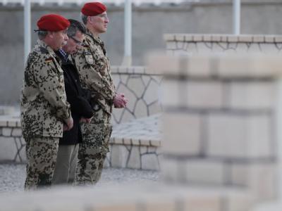 Verteidigungsminister Thomas de Maziere (M) gedenkt in Masar-i-Scharif der im Einsatz verstorbenen Soldatinnen und Soldaten.