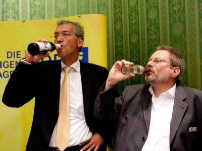 Na Prost... Anhänger der FDP reagieren auf die ersten Hochrechnungen.