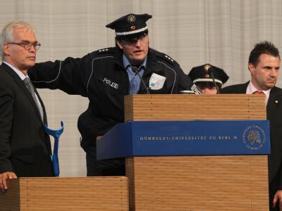 Polizeibeamte räumen das Auditorium der Humboldt-Universität in Berlin.