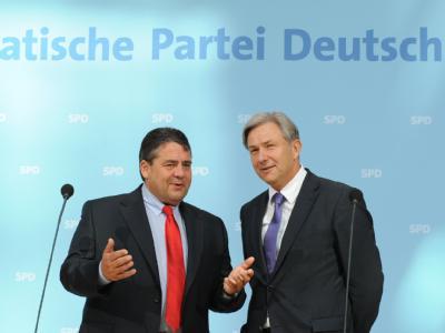 Sigmar Gabriel (l) und Klaus Wowereit im Willy-Brandt-Haus in Berlin.