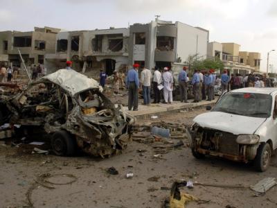 Bei einem blutigen Anschlag auf den Chef der Kriminalpolizei in Karachi sind zahlreiche Menschen getötet worden.
