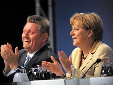 Stimmungsmacher: CDU-Generalsekretär Hermann Gröhe und Bundeskanzlerin Angela Merkel bei der Regionalkonferenz der Union vor Parteimitgliedern aus Hessen und Thüringen.