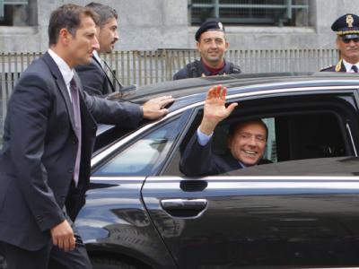 Gut gelaunter Angeklagter: Silvio Berlusconi winkt nach seinem Gerichtstermin.