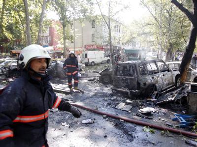 Türkische Feuerwehrmänner bei Aufräumarbeiten: Die Explosion in der türkischen Hauptstadt ereignete sich in einem Kleinbus.