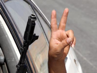 Siegeszeichen eines libyschen Rebellen: Ein Modell für die Zukunft ist der Nato-Einsatz gegen Gaddafis Truppen aber eher nicht. Archivfoto: Mohamed Meddara