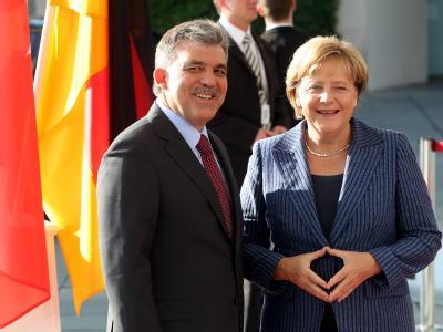 Bundeskanzlerin Angela Merkel (CDU) vor dem Bundeskanzleramt mit dem türkischen Staatspräsidenten Abdullah Gül.