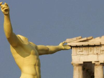 Die Nachbildung einer antiken Statue auf der Akropolis in Athen.