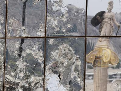 Die Statue der GöttinAthene spiegle sich in Athen in zerschlagenen Scheiben.