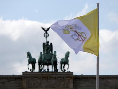 Die Flagge des Vatikans vor dem Brandenburger Tor in Berlin.