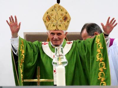Herzliche Begrüßung an die Gläubigen im Berliner Olympiastadion: Papst Benedikt XVI.