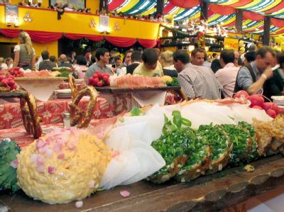 Eine Kugel «Obazda» mit Zwiebeln auf einem Brotzeitbrett im einem Oktoberfestzelt.