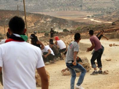 Demonstranten werfen Steine auf israelische Soldaten. Das Militär setzt Tränengas ein.