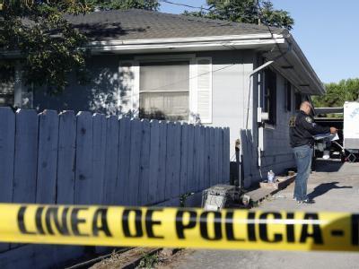 Ein Polizist untersucht im August 2009 Haus und Grundstück des Kindesentführers Phillip Garrido
