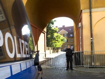 Abgesperrter Hauseingang: Ein 30 Jahre alter Berliner hatte vier Mal aus einer Wohnung mit einem Luftgewehr auf Sicherheitspersonal des Papstes geschossen.