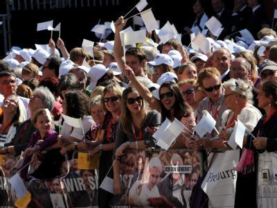 Zuschauer erwarten Papst Benedikt XVI. in Freiburg.