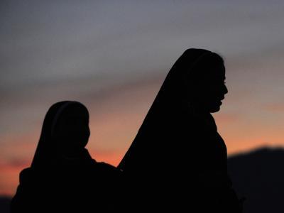 Zwei Nonnen warten auf den letzten Auftritt des Papstes
