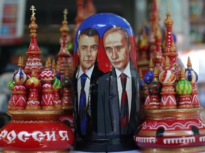 Dmitri Medwedew und Wladimir Putin auf einer Holzpuppe