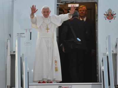 Ein letzter Gruß: Papst Benedikt XVI. kurz vor dem Abflug nach Rom.