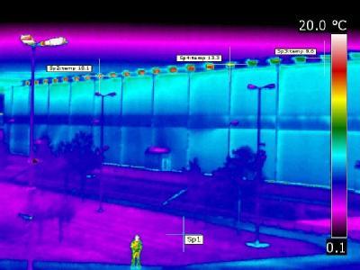Eine Thermografie-Aufnahme von Greenpeace zeigt das Transportbehälterlager auf dem Gelände des Atommüll-Zwischenlagers in Gorleben. Die Aufnahme zeigt, wie die durch den radioaktiven Atommüll aufgeheizte Luft im Inneren der Zwischenlagerhalle aus den Lüft