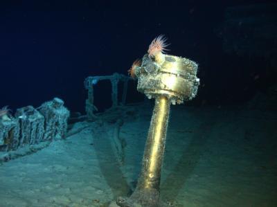 Der Kompass am  Wrack der «SS Gairsoppa» leuchtet im Scheinwerferlicht des Mini-U-Boots (Remotely Operated Vehicle / ROV)