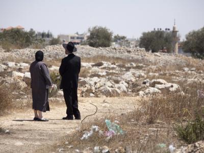 Zwei orthodoxe Juden stehen am Rande der jüdischen Siedlung Ramat Shlomo in Ostjerusalem.