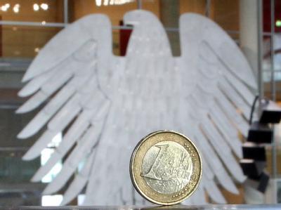 Eine Ein-Euro-Münze auf einer Brüstung im Deutschen Bundestag: Das Parlament stimmt über den Euro-Rettungsschirm ab.
