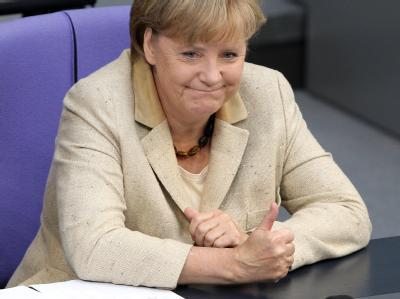 Mit erhobenem Daumen verfolgt Angela Merkel im Deutschen Bundestag in Berlin die Redebeiträge der Koalition.