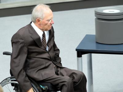 Schäuble neben einer Abstimmungsurne