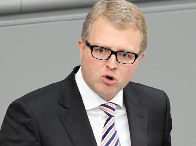Der FDP-Abgeordnete Frank Schäffler spricht im Bundestag. Er ist gegen den dauerhaften Euro-Rettungsschirm ESM. (Archivbild)