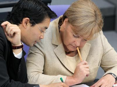 Bundeskanzlerin Angela Merkel (CDU) und Bundeswirtschaftsminister Philipp Rösler (FDP): Viele Wochen wurde um den Euro-Rettungsschirm gerungen und gestritten. Die schwarz-gelbe Koalition sah sich phasenweise am Abgrund. Diesen hat sie nun übersprungen. Bi
