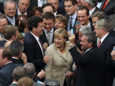 Bundeskanzlerin Angela Merkel umringt von Abgeordneten