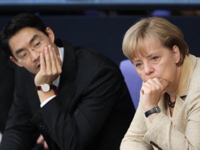 Bundeskanzlerin Merkel und Wirtschaftsminister und Rösler vor der Euro-Abstimmung im Bundestag.