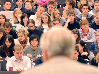 Blick in einen Hörsaal der Uni Freiburg: Das Bundesverfassungsgericht verhandelt darüber, ob Professoren ausreichend bezahlt werden. Foto: Patrick Seeger