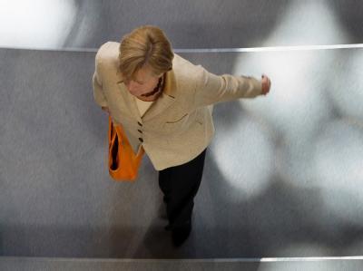 Merkel mit Handtasche