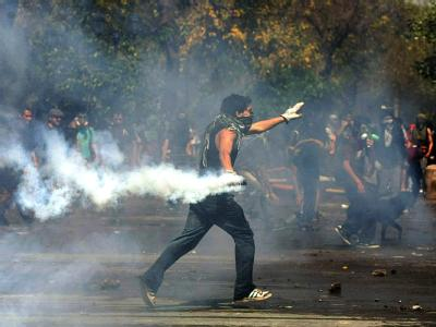 Momentaufnahme der Auseinandersetzungen zwischen Demonstranten und Polizei.