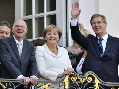 Bundestagspräsident Lammert (l), Kanzlerin Merkel und Bundespräsident Wulff auf dem Balkon des Rathauses in Bonn.