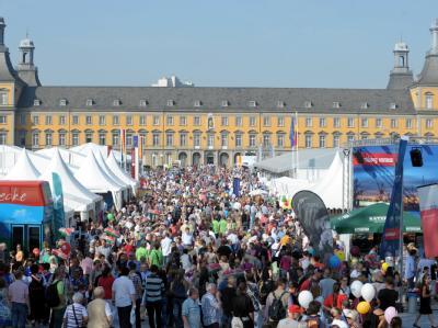 Tausende Besucher des Deutschlandtages vor der Universität in Bonn.