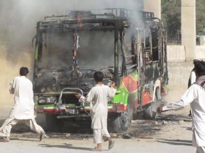 Ausgebrannter Bus nach Überfall in Pakistan