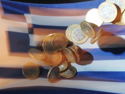 Euro-Münzen vor Griechenland-Fahne: Griechenland zapft eine letzte Geldreserve an und hat nun doch Geld bis Mitte November.
