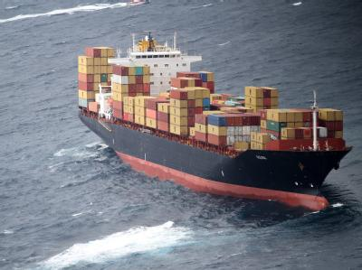 Öl läuft aus dem vor der Nordostküste Neuseelands havarierten Containerschiff