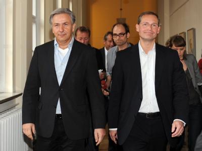 Berlins Bürgermeister Klaus Wowereit (SPD) und der Berliner Landes- und Fraktionsvorsitzende der SPD, Michael Müller verlassen den Verhandlungsbereich.